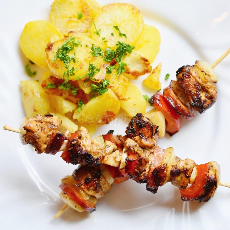 Kurczaka skewer z grulami i pietruszką Znakomity mięso z warzywami fotografia stock