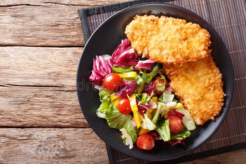 Kurczaka stek w breading Panko i świeżego sałatkowego zakończenie na zdjęcia royalty free