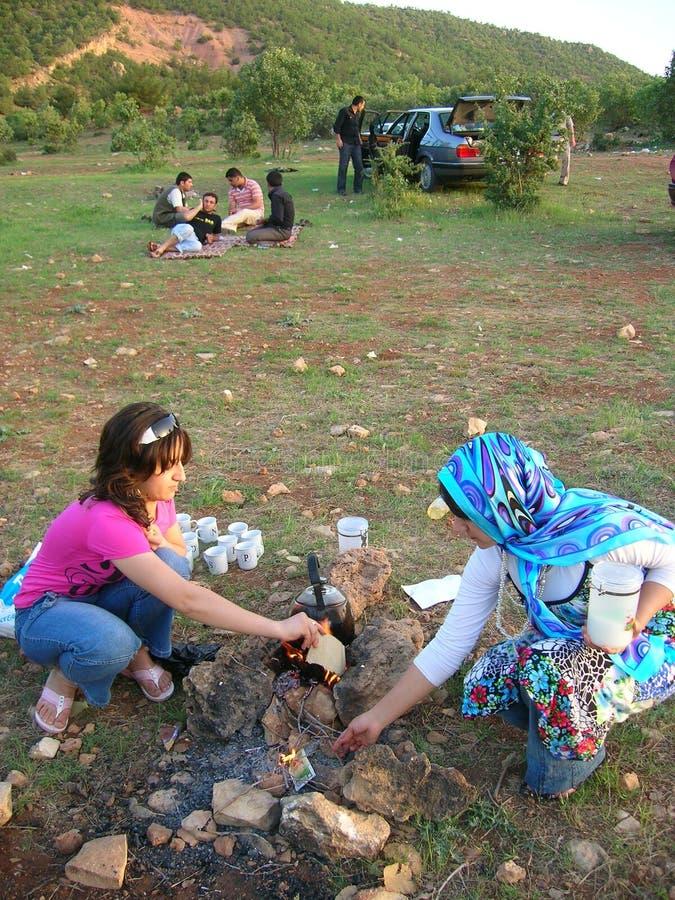Kurdyjskie dziewczyny przygotowywa herbaty dla Picknick w parku fotografia royalty free