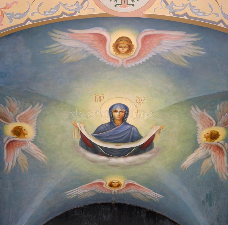 Kuremae, Estland - 27. Juli 2018: Ikonen im Bogen des Heilig-Tors mit Belfry Kloster Puhtitsa Dormition E lizenzfreie stockfotos