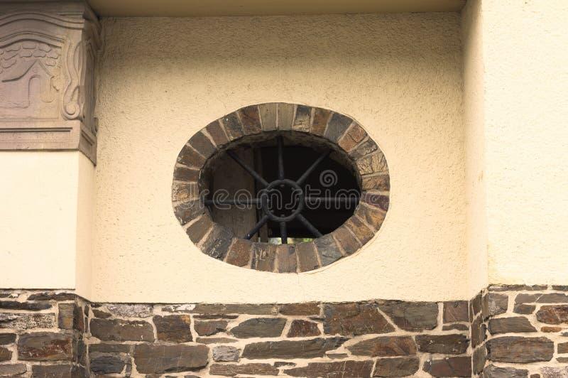 Kurenda obramiał okno w niemieckim budynku z cegłami Niemcy zdjęcia royalty free