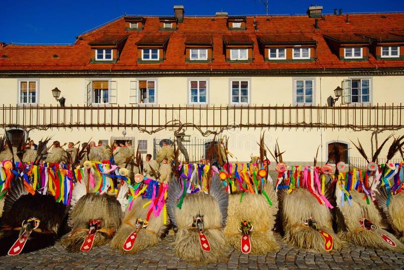 Kurenti e la vecchia vite, Maribor, Slovenia fotografie stock