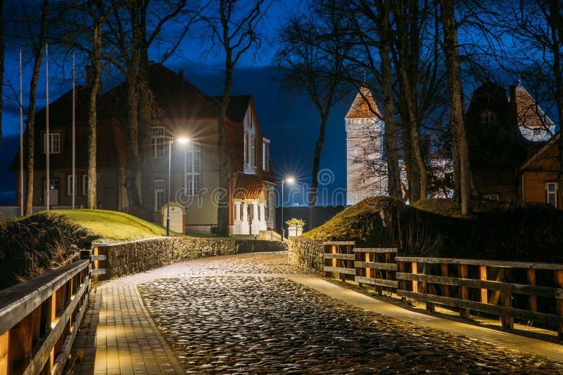 Kuressaare, isola di Saaremaa, Estonia Strada di Cabblestone vicino a Epis fotografia stock
