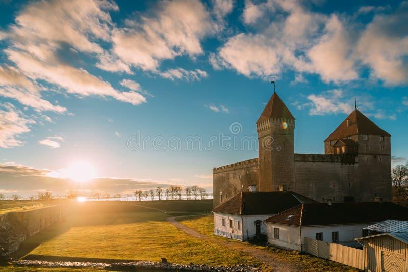 Kuressaare, Wyspy Saaremaa, Zachodnia Estonia Zamek Episkopalny W Sunset Lights Tradycyjna średniowieczna architektura zdjęcie royalty free