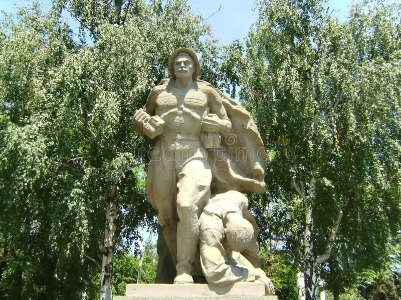 kurgan mamaev Bohatera ` kwadrat Rzeźbi «żeglarza wyczyn «- żołnierz piechoty morskiej iść z granatami na zbiorniku, blisko ranne fotografia royalty free