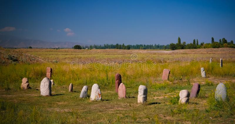 Kurgan stelae aka Balbals nära det Berana tornet, Tokmok, Chuy Valley Kyrgyzstan royaltyfri fotografi