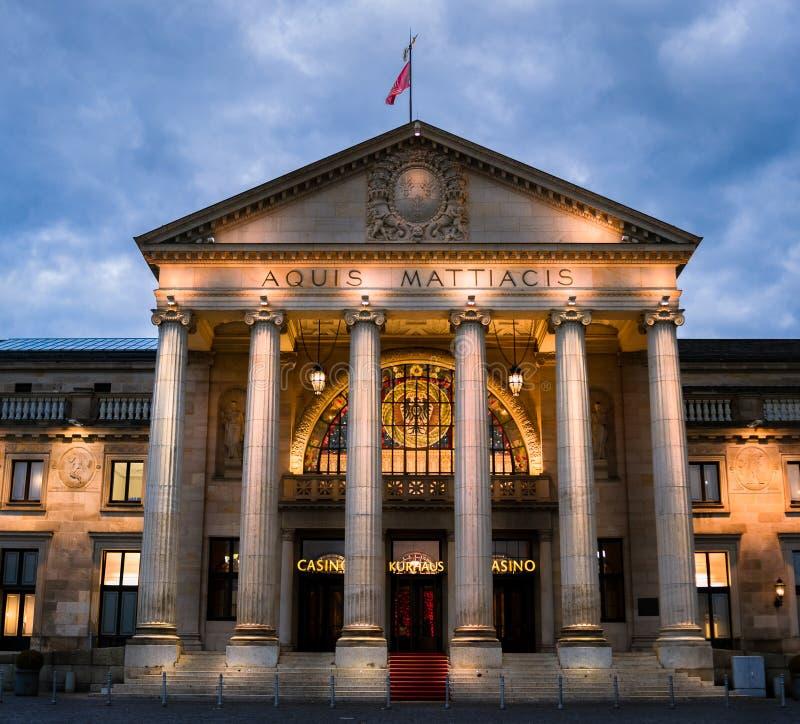 Kurhaus赌博娱乐场,威斯巴登,德国 在微明 库存图片
