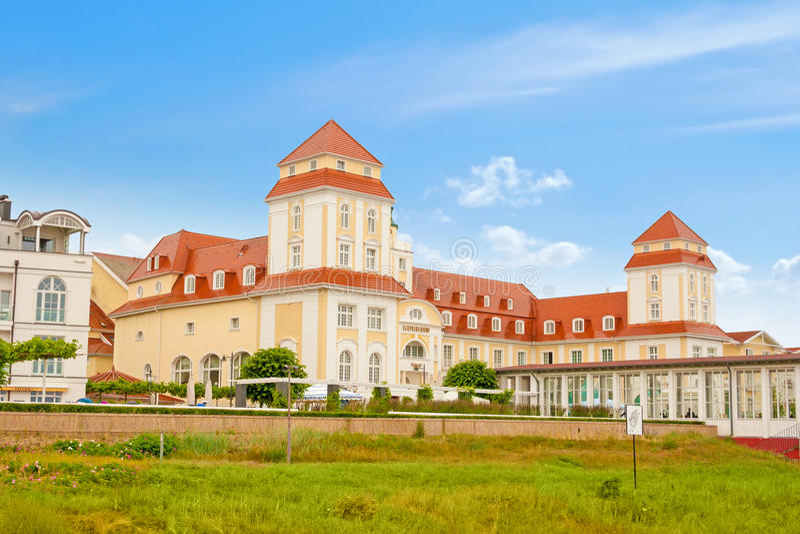 Download Kurhaus в Binz, Gen ¼ Insel RÃ Редакционное Фотография - изображение насчитывающей строя, туризм: 41651557