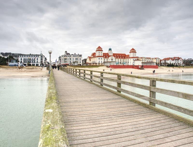 Kurhaus Spa κτήριο με το διάσημο περίπατο, γέφυρα θάλασσας στοκ φωτογραφίες