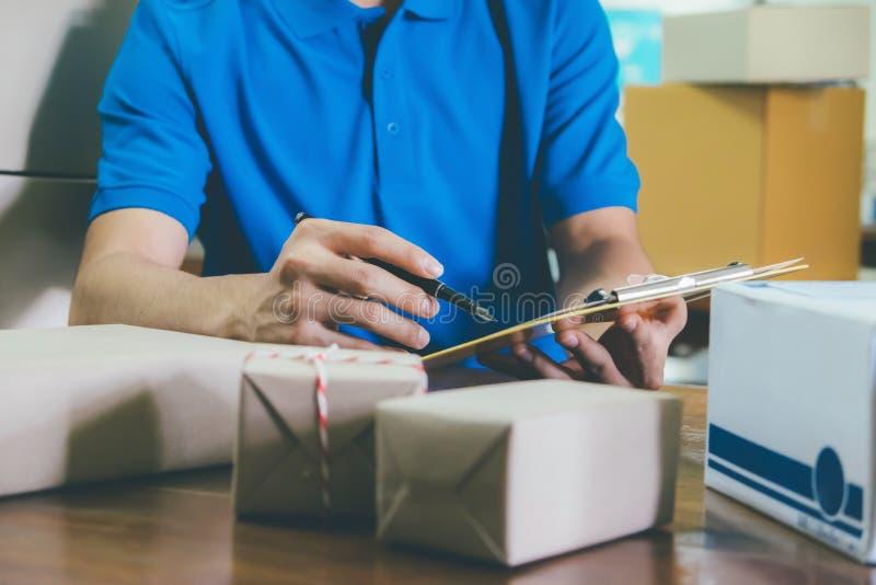 Kurier, der die Lieferungsempfangsliste im Büro überprüft lizenzfreie stockbilder