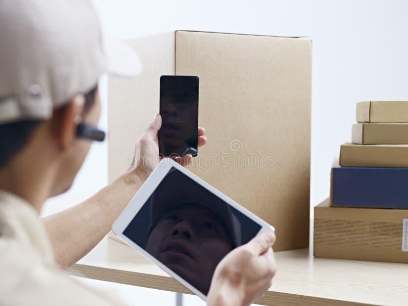 Kurier firmy pracownik przy pracą zdjęcie stock