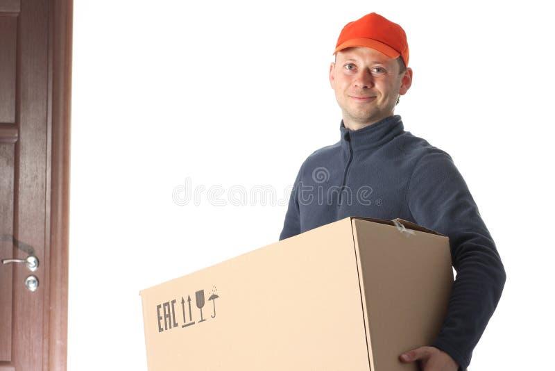 Kurier mit Kasten in seinen Händen Freies Verschiffen stockfotos