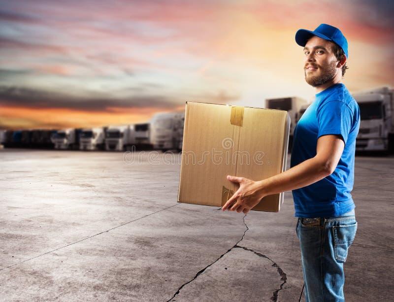 Kurier przygotowywający dostarczać pakunki z ciężarówką zdjęcie royalty free