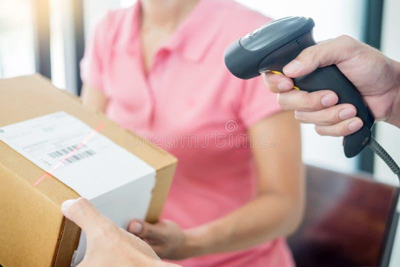 Kurier ręk Biznesowa kobieta pracuje w domu biurowego sprawdza drobnicowego pakunku pudełko wpisywać maszyna śladu narzędzia prze obrazy stock
