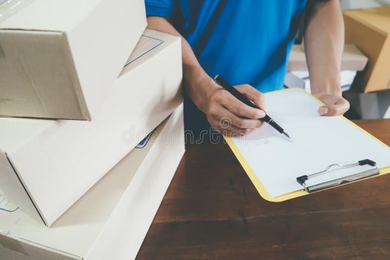 Kurier robi notatkom w doręczeniowym kwicie fotografia stock
