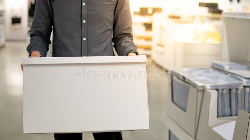 Kuriera mężczyzna niesie białego pudełko w magazynie obraz stock
