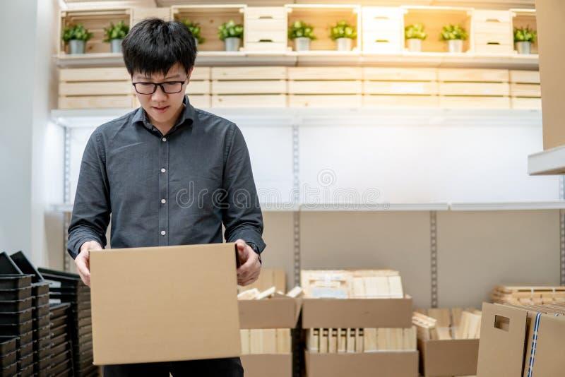 Kuriera mężczyzny przewożenia pudełka zakupy w magazynie obrazy royalty free