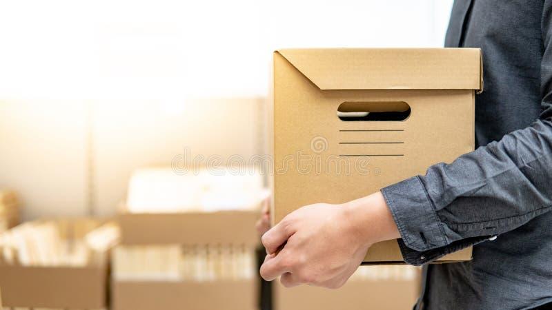 Kuriera mężczyzny przewożenia pudełka zakupy w magazynie obraz stock