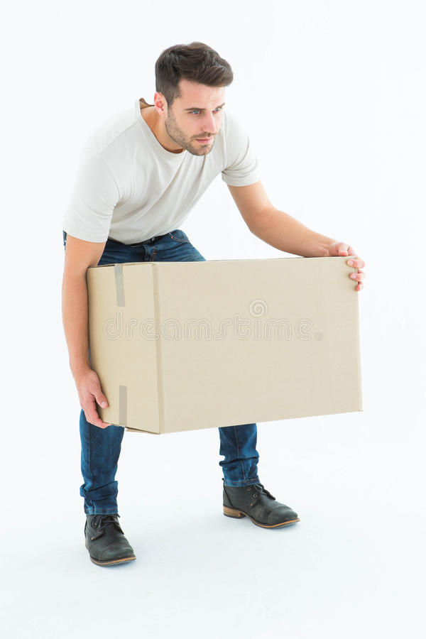 Kuriermann, der Pappschachtel aufhebt lizenzfreie stockfotos