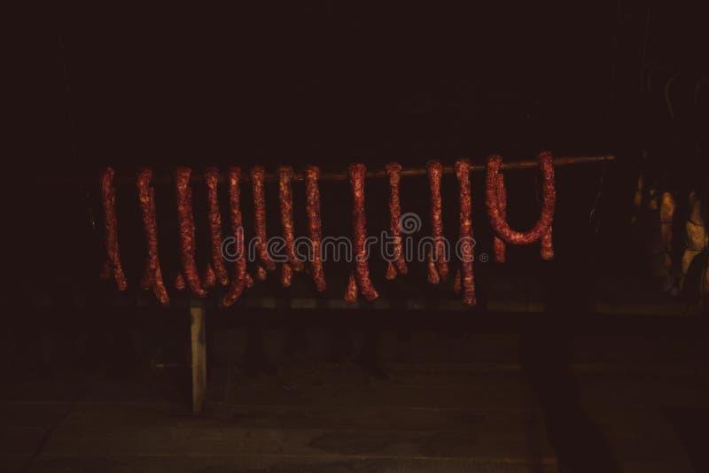 Kurierte geräucherte sortierte Schweinefleisch-Wurstauswahl des selbst gemachten Handwerkers rote, die in der Kleinmarkt-Speicher lizenzfreie stockfotos