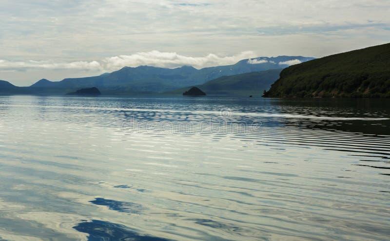 Kurile sjön är caldera- och kratersjön i östlig vulkanisk zon av Kamchatka arkivfoto