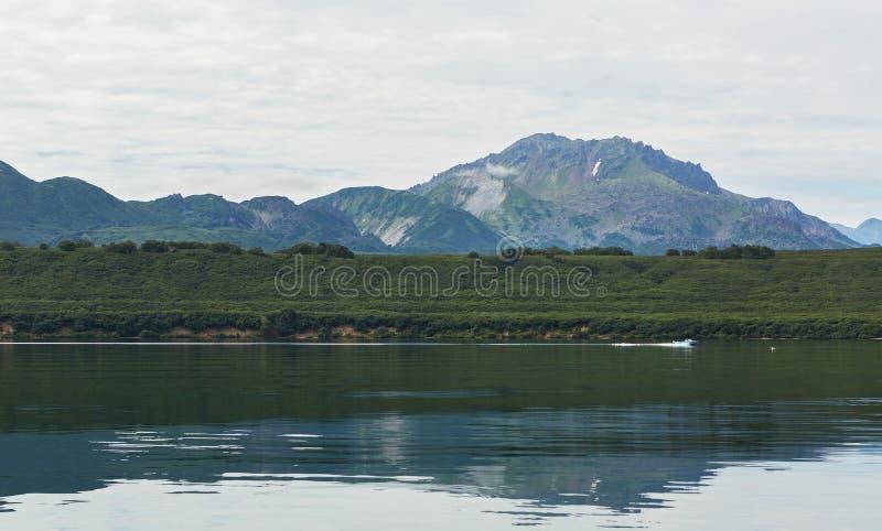 Kurile sjön är caldera- och kratersjön i östlig vulkanisk zon av Kamchatka royaltyfri fotografi