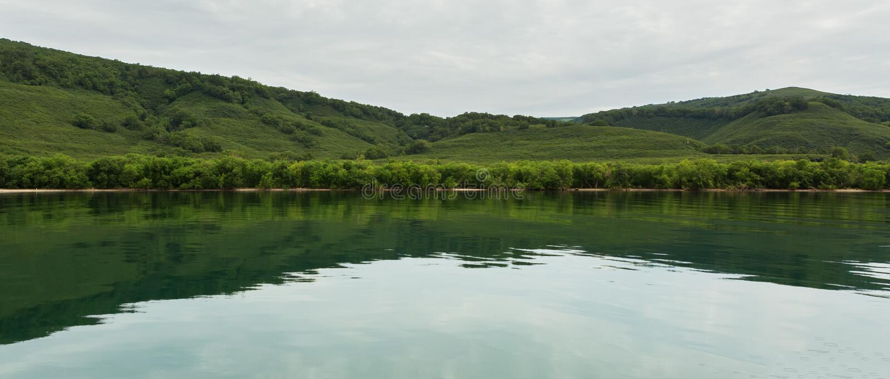 Kurile sjön är caldera- och kratersjön i östlig vulkanisk zon av Kamchatka arkivbilder