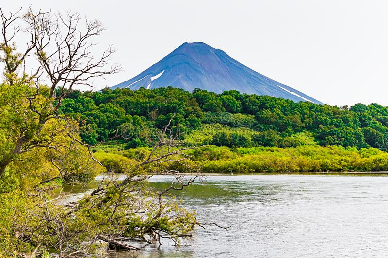Kurilemeer kamchatka Rusland Groene gebieden en vulkanen Wilde aard royalty-vrije stock foto