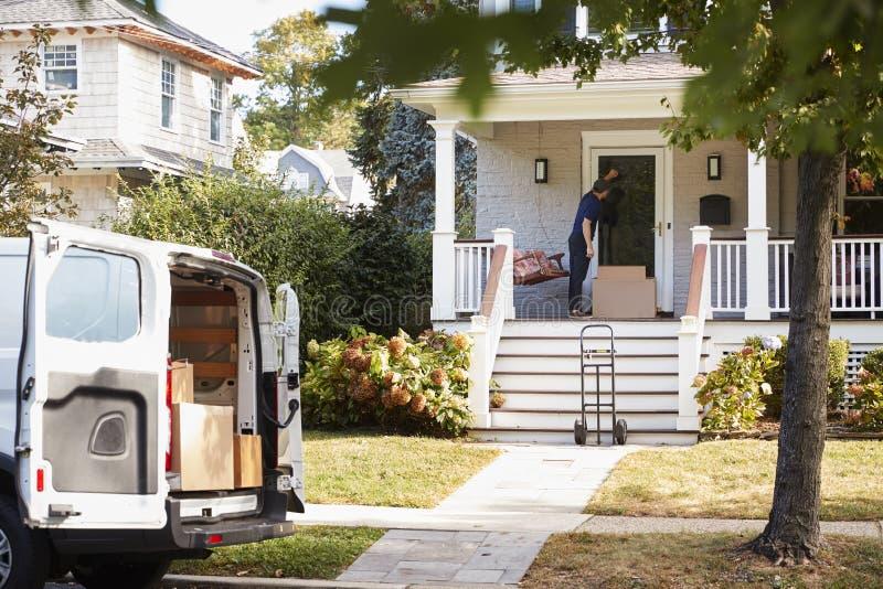 Kuriren Using Trolley To levererar packen till huset arkivfoton