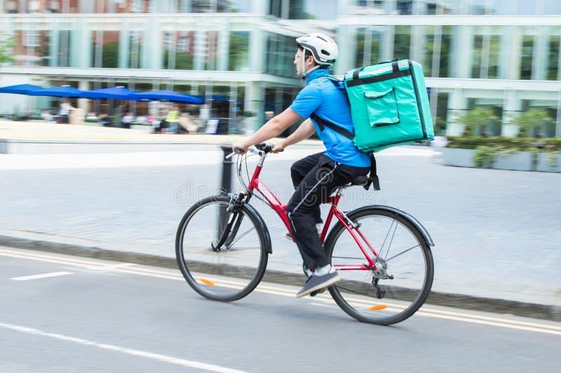 KurirOn Bicycle Delivering mat i stad fotografering för bildbyråer