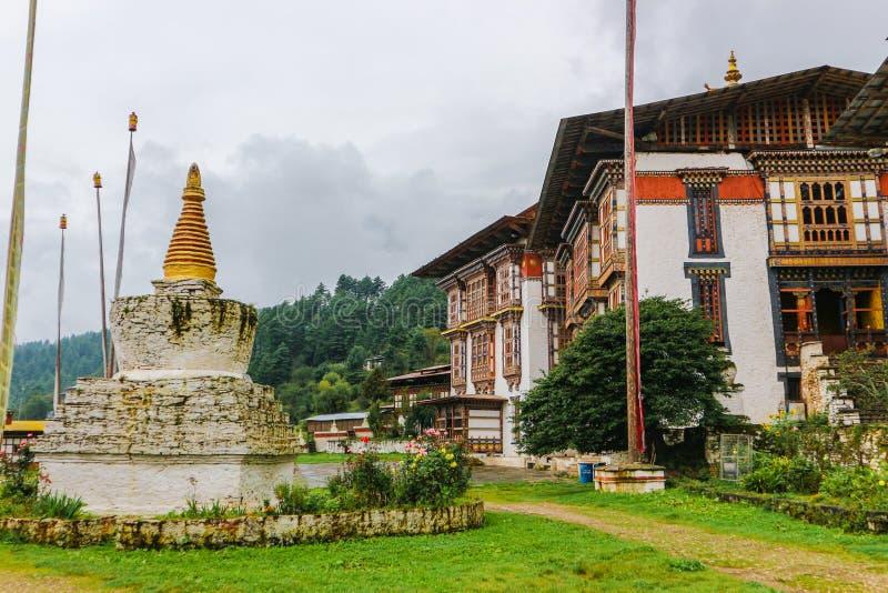 Kurjey Lhakhang: Templet av avtryckar i den Bumthang dalen, Bhutan royaltyfri foto