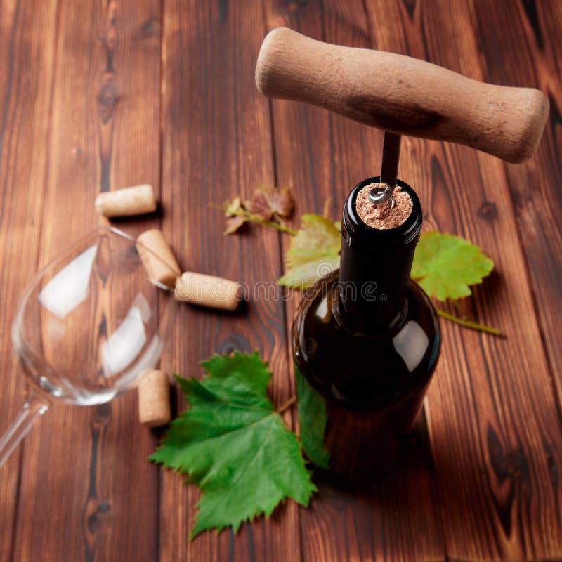 Kurketrekker en fles wijn op de raad - Beeld royalty-vrije stock foto's