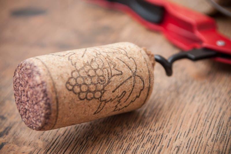 kurkt wijn en trekt kappen op houten achtergrond royalty-vrije stock afbeeldingen