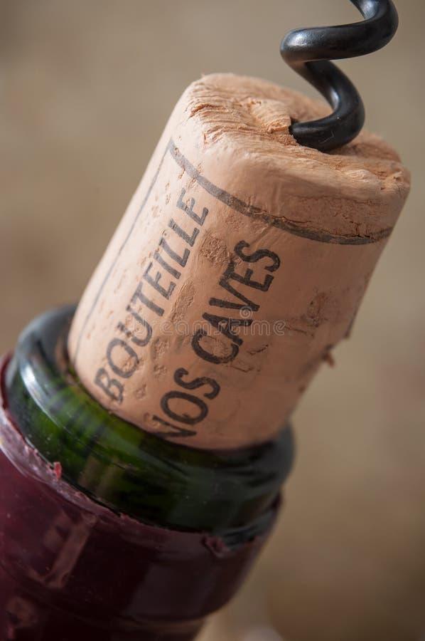 kurkt wijn op houten achtergrond met Franse teksten stock foto