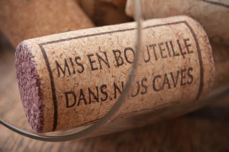 - kurkt wijn op houten achtergrond met Franse teksten stock foto's