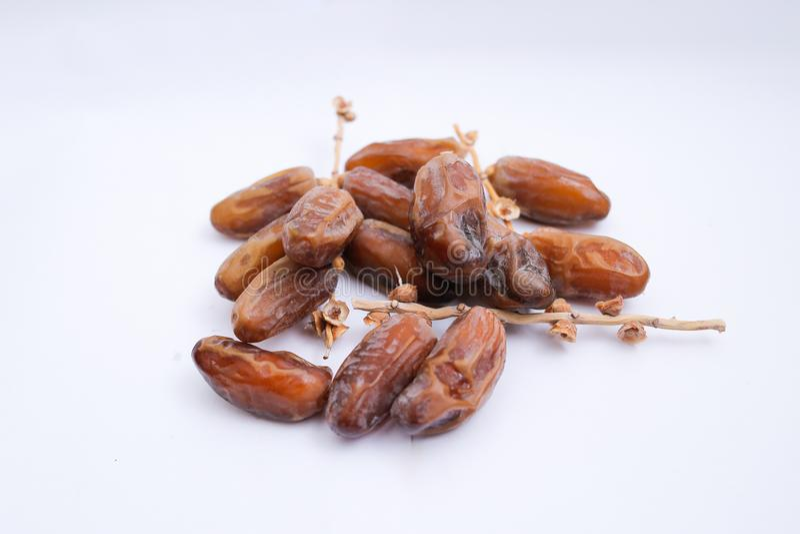 Kurma o frutti delle date isolati su fondo bianco per Ramadhan immagine stock libera da diritti