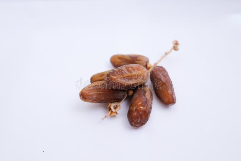 Kurma ou frutos das datas isolados no fundo branco imagem de stock