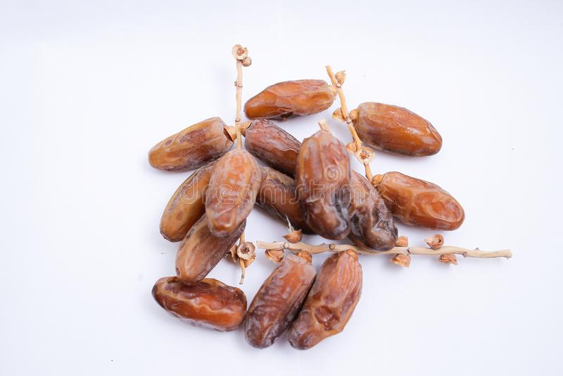 Kurma ou frutos das datas isolados no fundo branco para Ramadhan imagens de stock royalty free