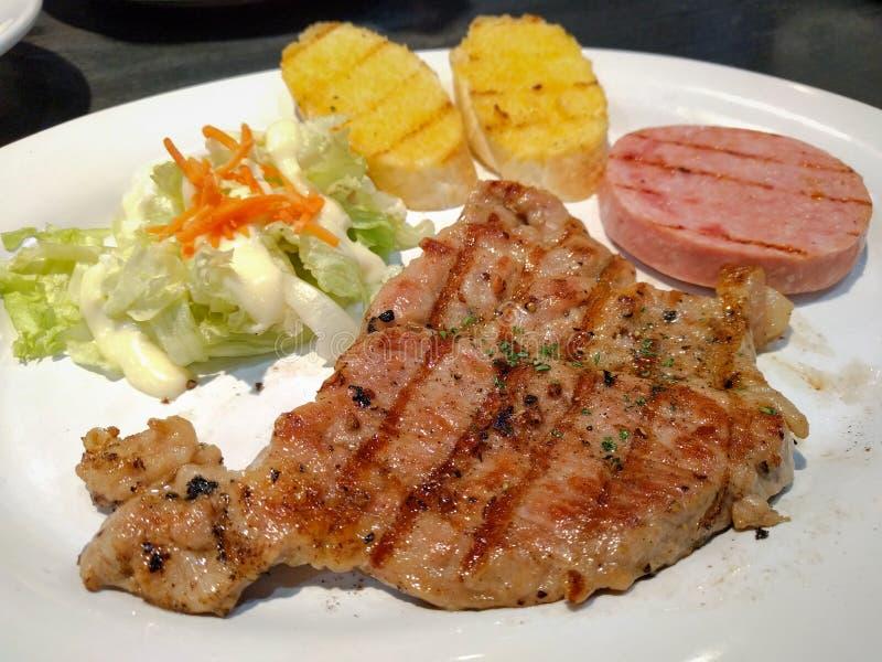Kurobuta-Schweinefleischsteak mit Steak des schwarzen Pfeffers und des Schinkens lizenzfreie stockfotos