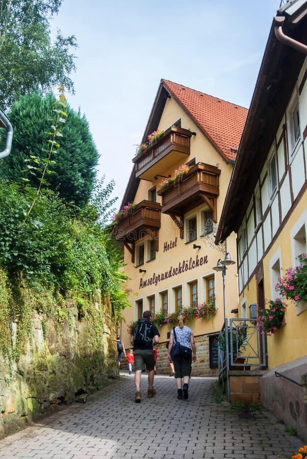 KURORT RATHEN, DEUTSCHLAND - 4. AUGUST 2016: Touristen, die zu einem Wanderungsweg bei Kurort Rathen zu Bastei-Bergen gehen lizenzfreies stockbild