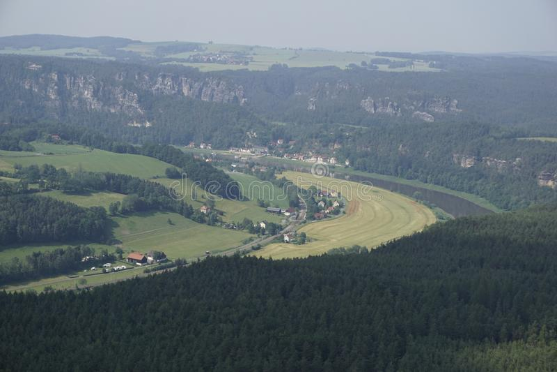 Kurort Rathen från Lilienstein-berget med åkrar och Elbe-floden arkivbilder