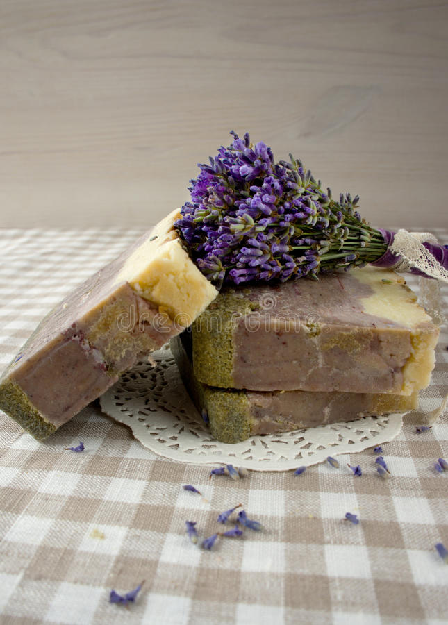 Kurort- und Wellnesszusammensetzung - Lavendelblumen, gefärbt stockfoto
