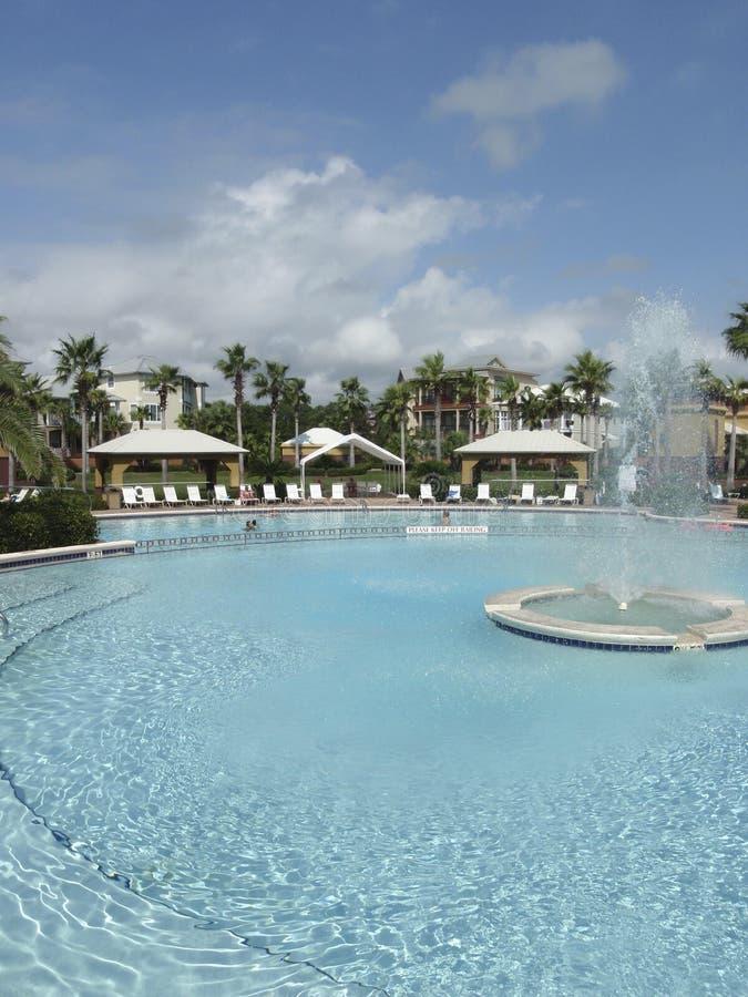 Kurort z basenem i fontanną obraz royalty free