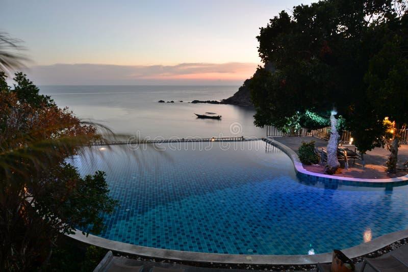 Kurort z niesko?czono?? basenem przy p??mrokiem Sai Daeng zatoka koh Tao Tajlandia zdjęcie royalty free