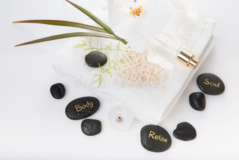 Kurorttherapiezusammensetzung Brennende Kerzen, Steine, Tuch, abstrakte Lichter lizenzfreies stockbild