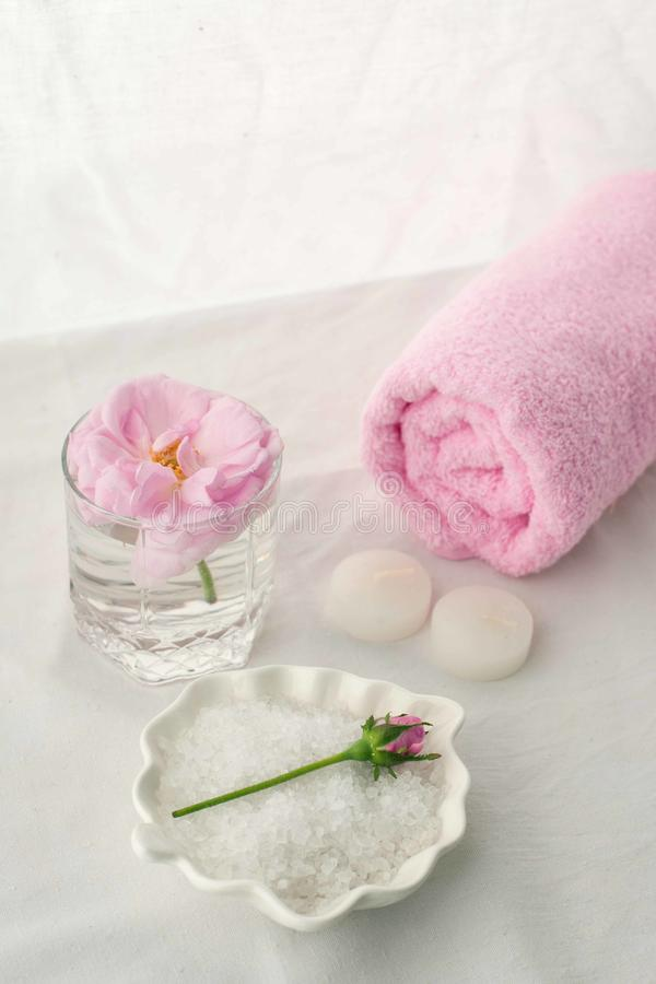 Kurorttherapiezusammensetzung Kerzen, rosafarbene Blume, Salz, Tuch Entspannen Sie sich, Wellness und Mindfulnesskonzept stockfotos