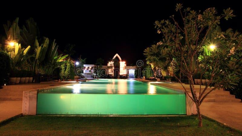 Kurortu pływacki basen przy nocą obrazy royalty free