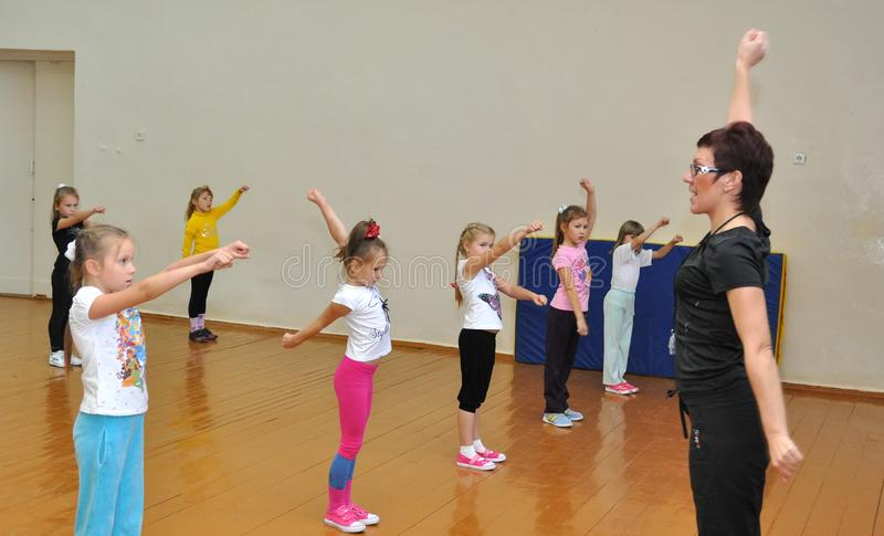 Kurs av fysisk utbildning i den fjärde grundskolan nummer 279 royaltyfria bilder