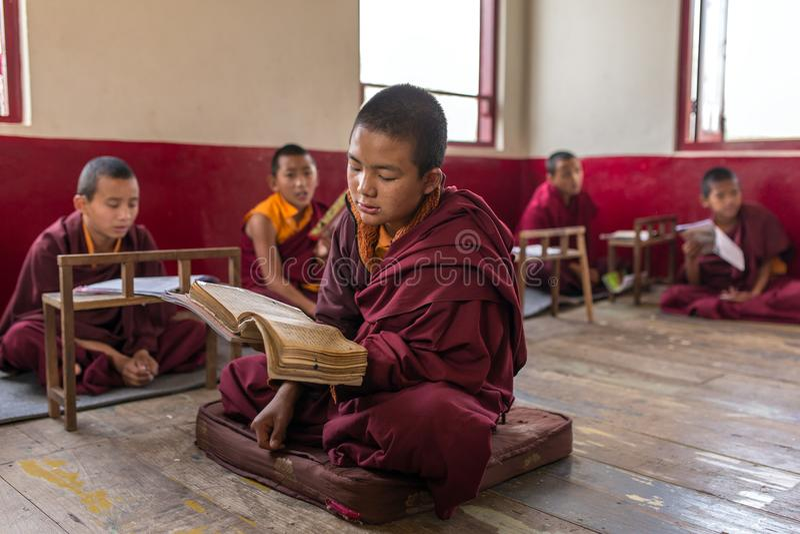 Kurs för novismunkar i den buddistTsuglakhang kloster i Gangtok, Indien arkivbilder
