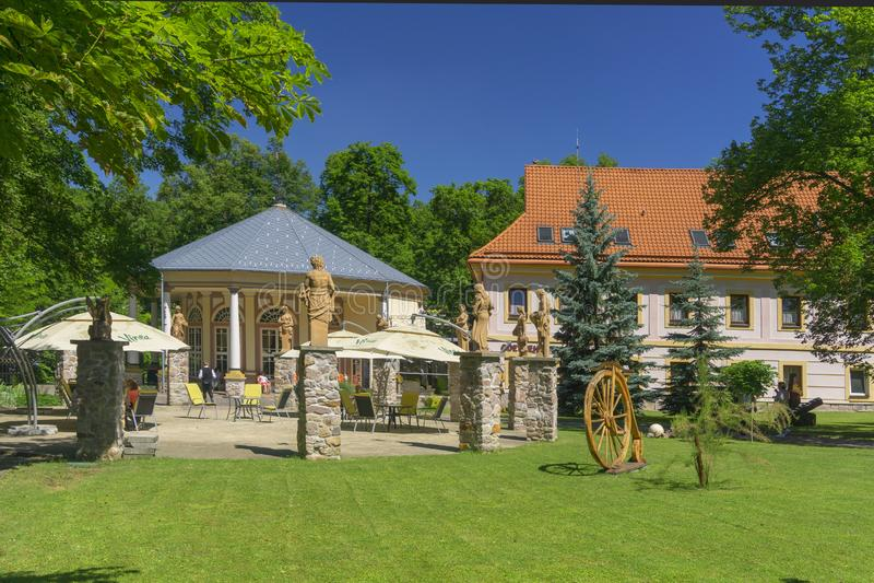 Kursalon en Sklene Teplice con las estatuas fotografía de archivo